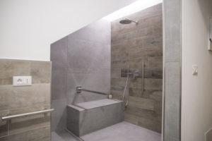altra prospettiva della zona doccia della grandezza 200cm x 120cm completa di maniglione rimovibile e luce led a soffitto
