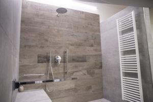 primo piano della zona doccia della grandezza 200cm x 120cm completa di maniglione rimovibile