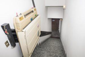 montascale a pedana su prima rampa di scale all'ingresso del residence trieste