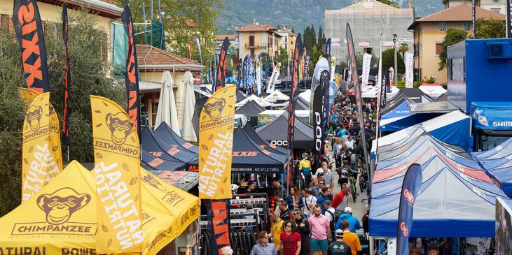 stand affollati nella zona expo del bike festival